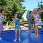 Kinder auf dem Trampolin auf dem Abenteuerspielplatz im Wildpark Schwarze Berge