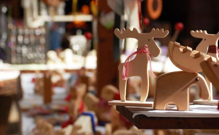 Kleine Elche aus Holz in der Kunsthandwerkerhalle