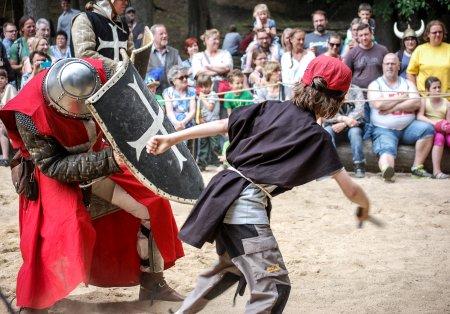 Mittelalter-Spektakel mit Ritter und Besucher als Knappen im Wildpark Schwarze Berge