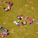 Menschen auf der Picknickwiese im Wildpark Schwarze Berge