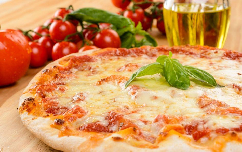 """Im SB-Restaurant """"Futterkrippe"""" gibt es Pasta mit verschiedensten Saucen, Pizza, Currywurst, Pommes, Softdrinks oder leckere Desserts & Kaffeespezialitäten."""