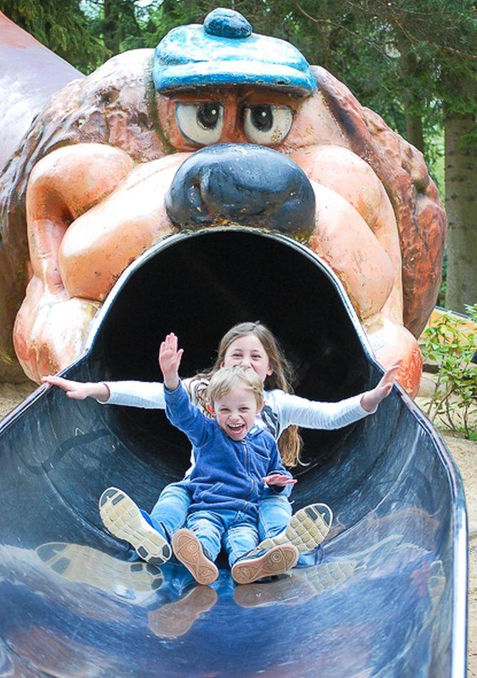 Kinder rutschen auf der Riesenrutsche auf dem Abenteuerspielplatz im Wildpark Schwarze Berge