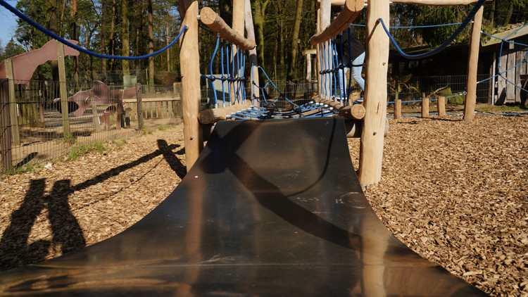 Sprungmatte auf dem Kletterspielplatz