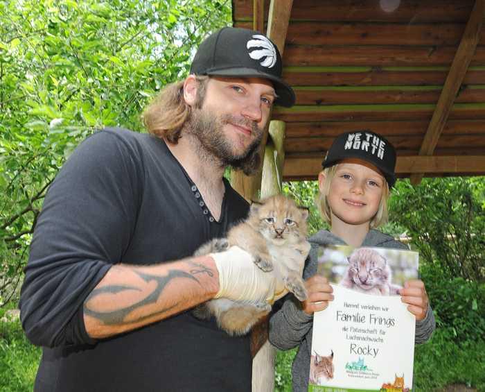 Torsten Frings und Sohn Luke taufen Luchsnachwuchs Rocky im Wildpark Schwarze Berge