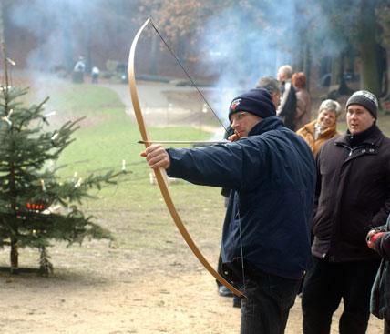 Mann beim Bogenschießen im Wildpark Schwarze Berge