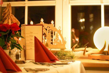 Weihnachtlich gedeckter Tisch im Wildpark-Restaurant