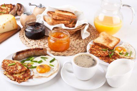Gedeck beim Brunch-Buffet im Wildpark Restaurant mit Kaffee, Spiegelei, Würstchen, Toast und Orangensaft