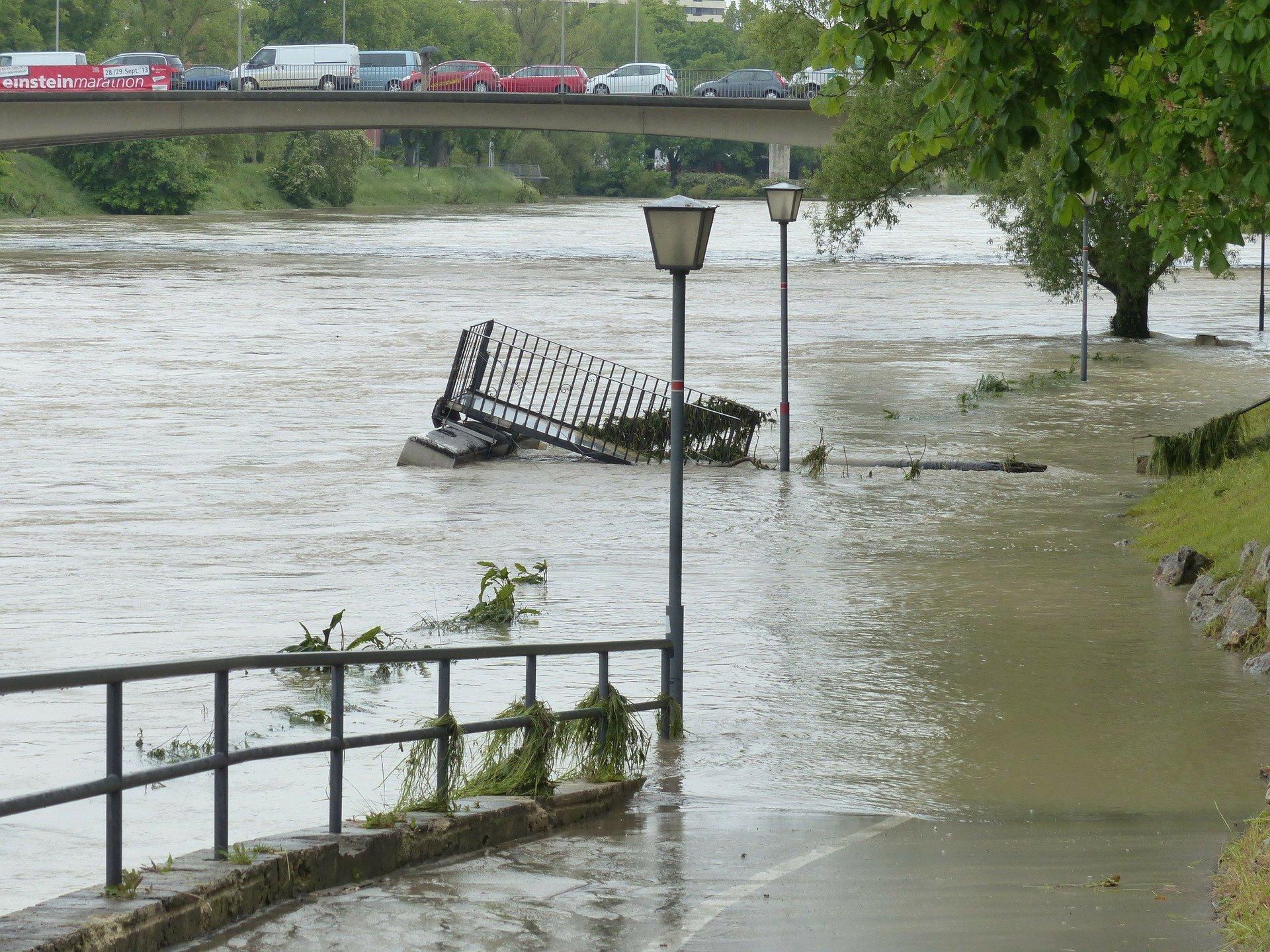 Fluss ist über die Ufer getreten Überflutung