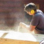 Blockhausbau-Kurs im Wildpark Schwarze Berge, Hütten bauen, Handwerk, Holz, sägen, Hörschutz