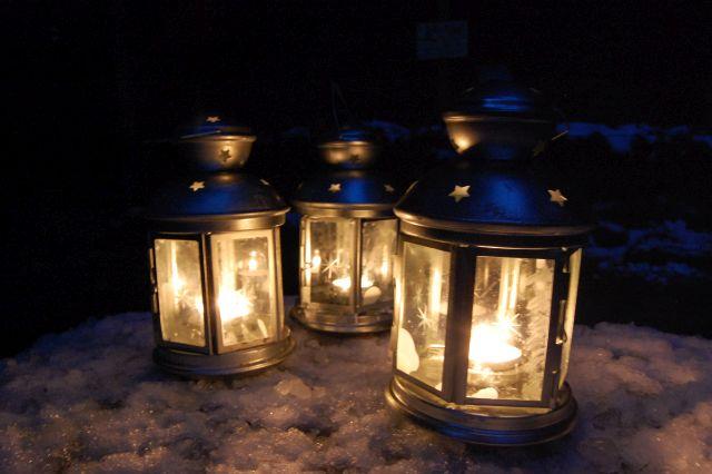 Laternen im Winter im Wildpark Schwarze Berge