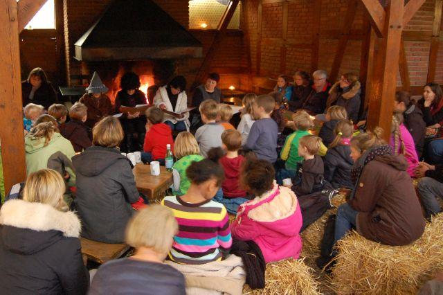 Lesung der Theaterfreunde im Wildpark Schwarze Berge, Kinder, Strohballen, Lesung