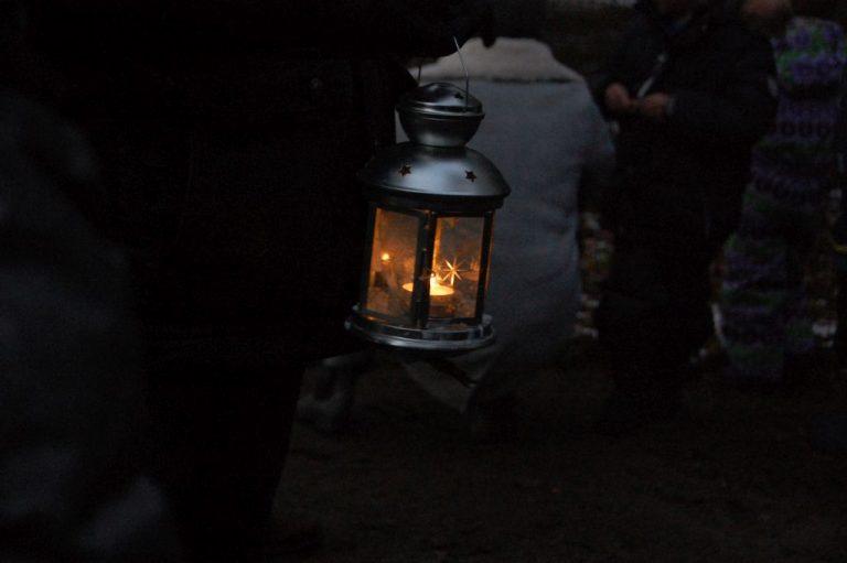 Laterne bei Nachtwanderung im Wildpark Schwarze Berge