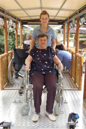 Rollstuhlanhänger der WP-Bahn im Wildpark Schwarze Berge, Wildpark-Bahn, Rollstuhlanhänger, Pflegerin & Anwohner aus Pflegeheim, Ausflug